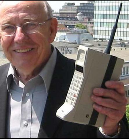 El teléfono móvil Dynatac 8000x fue desarrollado en el año 1983 por Motorola, siendo el primer teléfono móvil del mundo. y Su inventor: Martin Cooper. Pesaba 800 gramos y medía 33 por 4,5 por 8,9 centímetros. En la fecha de salida al mercado del producto, el terminal costaba 3.995 dólares estadounidenses y su batería tenía únicamente la autonomía de una hora en conversación. Un año más tarde (1984) 300.000 usuarios habían comprado el terminal. Este primer paso de la revolución móvil vino de la mano de Rudy Krolopp.